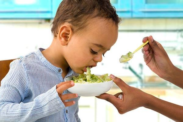 علت و علائم مسمومیت غذایی در بچه ها چیست و چگونه درمان می گردد؟