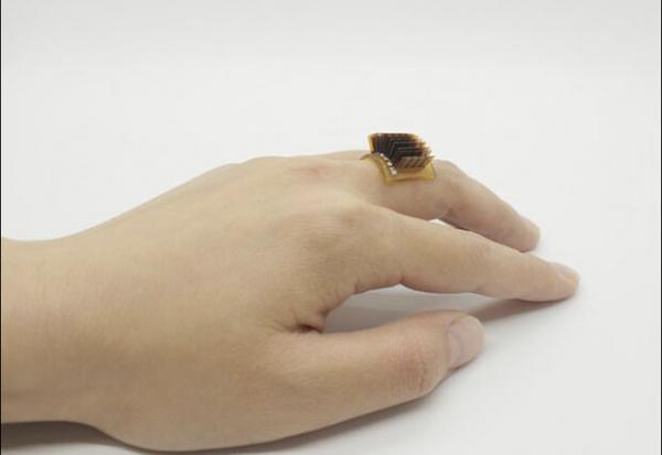 انگشتر هوشمند بدن انسان را به باتری زیستی تبدیل می نماید